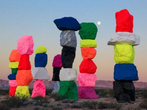 """L'artista Ugo Rondinone con """"Seven Magic Mountains"""" porta il colore nel cuore del deserto"""