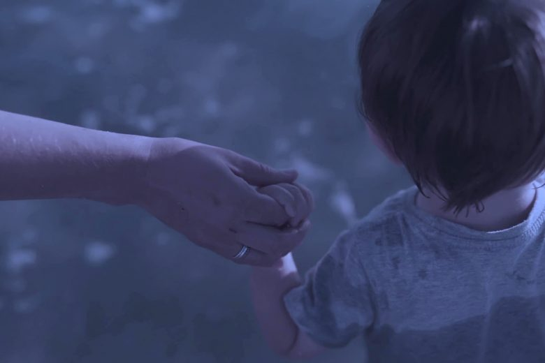 Spectrum, il videomusicale di Michele Pastrello che danza tra luci ed ombre della mente
