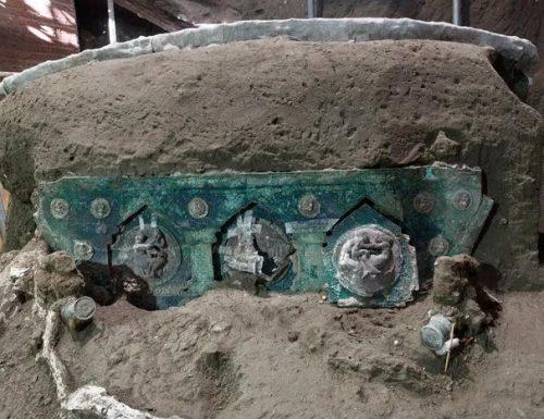 """Pompei: ritrovato un carro da parata nuziale intatto. Gli archeologi: """"scoperta straordinaria"""""""